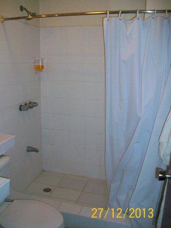 Hotel Ambassador: ducha y dispenser de shampoo