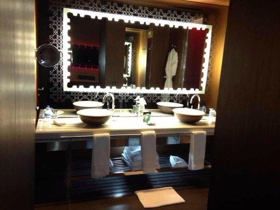 W Istanbul: Bathroom