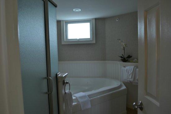 The Anchorage By the Sea: Bathroom w/ Tub
