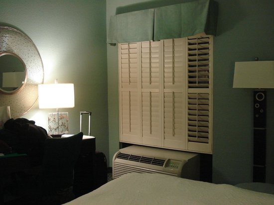 Hampton Inn St. Simons Island: Shutters not curtains, very easy to operate and kept out light