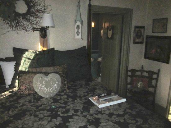 Farnsworth House Inn: The Victorian grandeur of the Schultz Room.