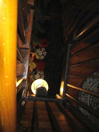 Farnsworth House Inn: A view down through the stairwell.