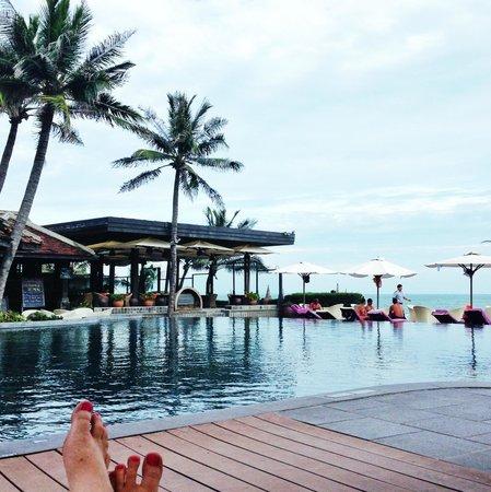 Anantara Mui Ne Resort : Swim up bar and pool side service on the beach.