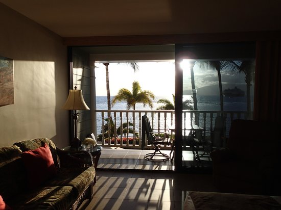 Lahaina Shores Beach Resort : View from inside our room.