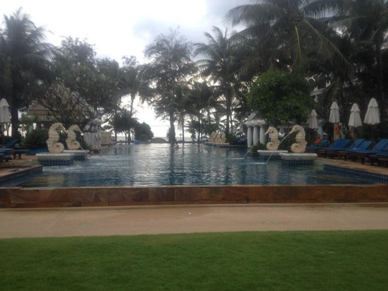 Phuket Graceland Resort & Spa : main pool looking on to beach