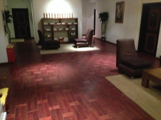 Red Wall Garden Hotel: Hotel shared living area