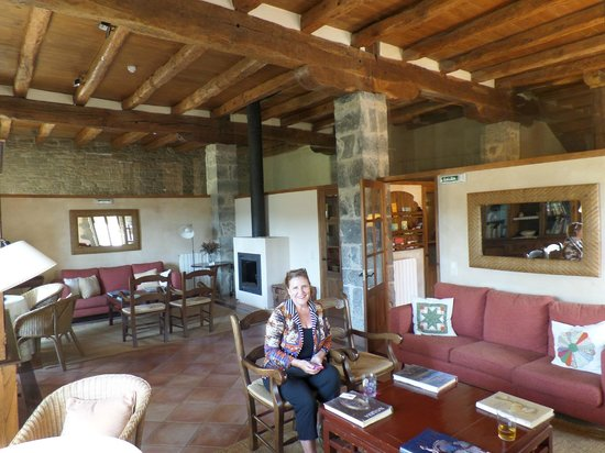 Hotel Akerreta: Dining room with high ceilings