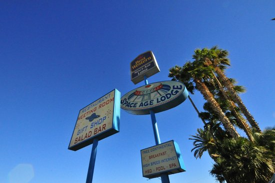 Best Western Space Age Lodge: Hotel Sign by the Road