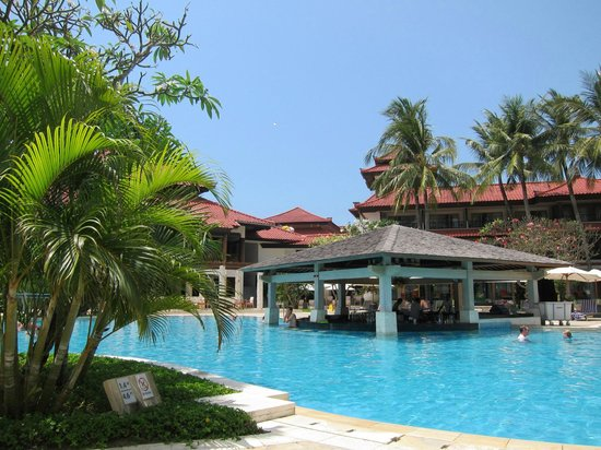 Holiday Inn Resort Baruna Bali: Pool area....