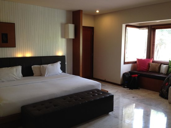 Abi Bali Resort & Villa : King-sized bed and window seat