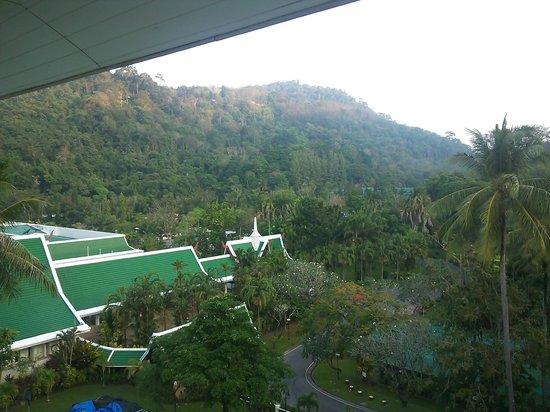 Le Meridien Phuket Beach Resort : 部屋へ続く廊下から見た山側