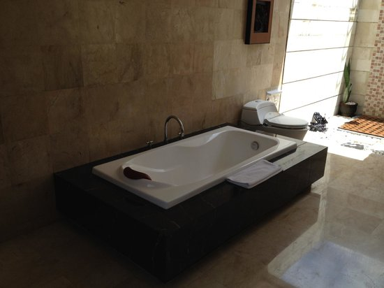 Abi Bali Resort & Villa : Massive tub