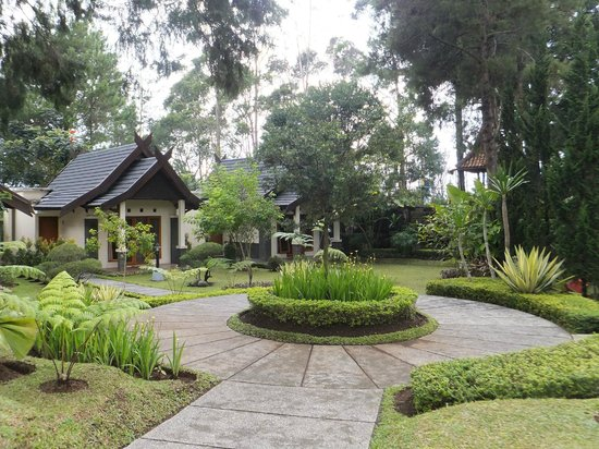 Sindang Reret Hotel and Restaurant: Chalet and grounds