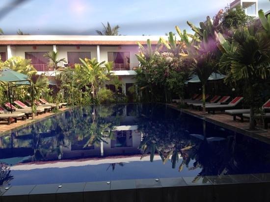 La Niche D'Angkor Boutique Hotel: piscine et verdure