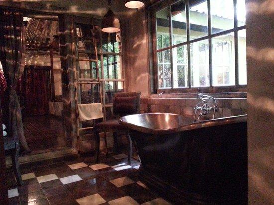 BALQUISSE Heritage Hotel: Cosy bathroom
