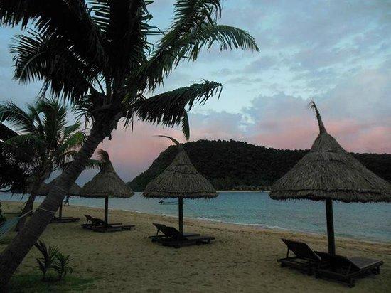 Paradise Cove Resort: beach at sunset