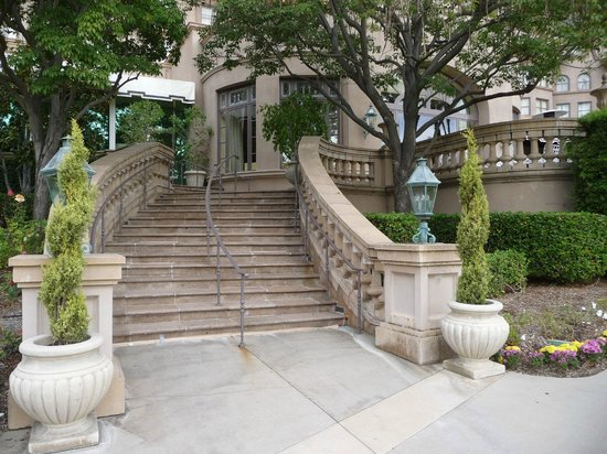 The Langham Huntington, Pasadena, Los Angeles: Beautiful staircase in back of hotel in spacious grounds