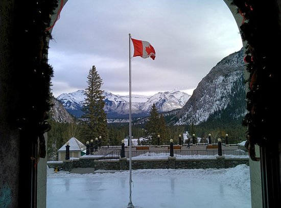Fairmont Banff Springs: View from our window at breakfast. Skating rink just outside the window.