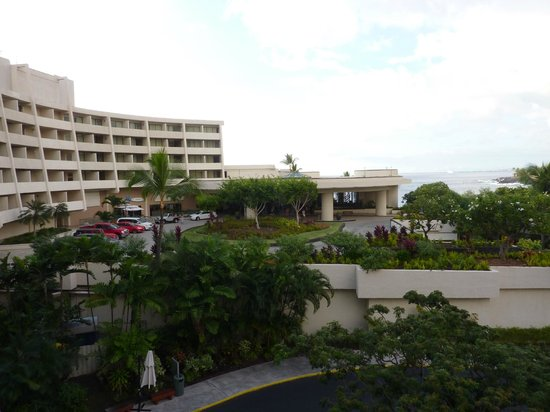 Sheraton Kona Resort & Spa at Keauhou Bay: This to the left, car park to the right