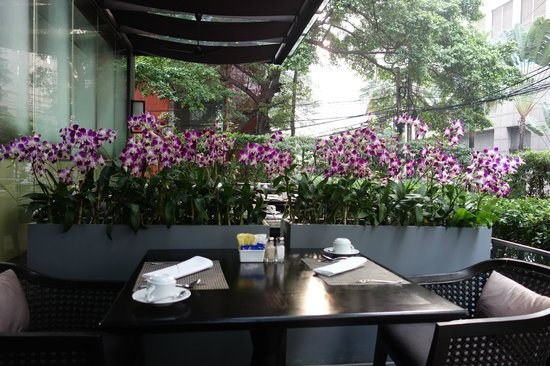 Hansar Bangkok Hotel: balcony dining area for breakfast