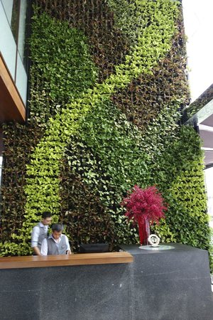 Hansar Bangkok Hotel: Concierge desk with living wall