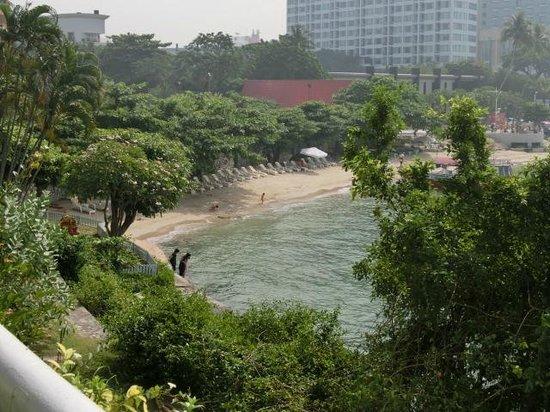 Dusit Thani Pattaya : ホテル前のビーチ