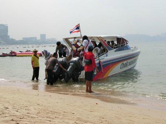 Dusit Thani Pattaya : ビーチは船付場でもあります