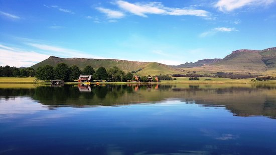 Sani Valley Lodge and Hotel: A duck's eye view of the boat house & Lakeside chalets