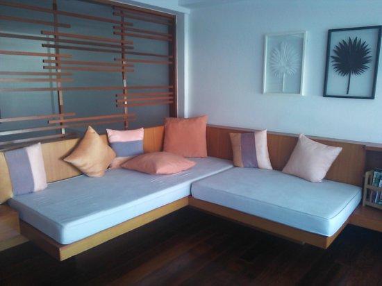 La Flora Resort Patong: ロフトにあるソファー