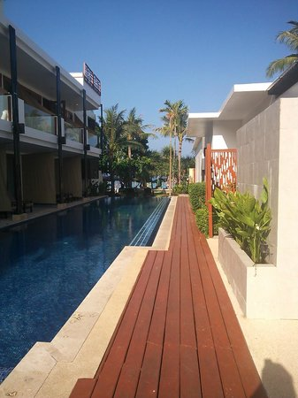 La Flora Resort Patong: ホテルの敷地内からビーチ方面を撮影