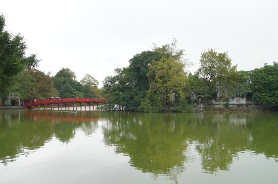 Lake of the Restored Sword (Hoan Kiem Lake): Красный мостик Ngoc Son Temple