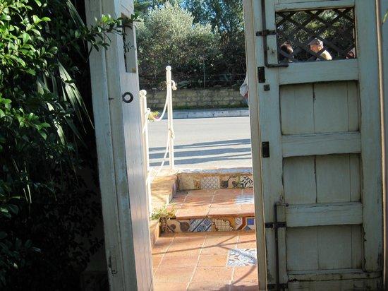 Villa George ・・・入り口の階段の洒落たタイル飾り
