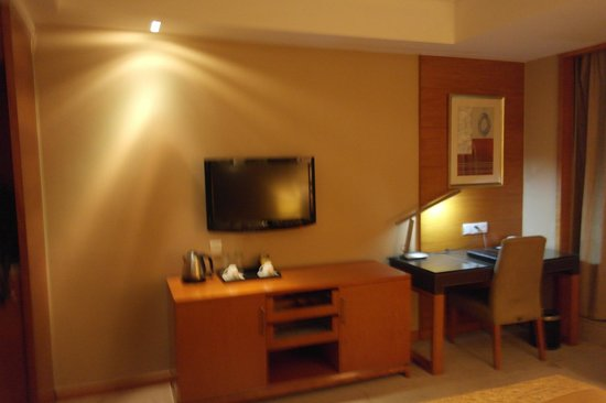 Noble Crown Hotel: Wall Mount TV