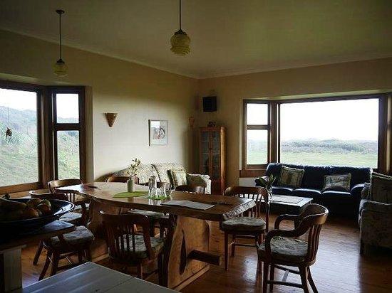 Hukatere Lodge: Wohn-und Esszimmer