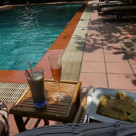 The Villa Paradiso: Snack by the pool