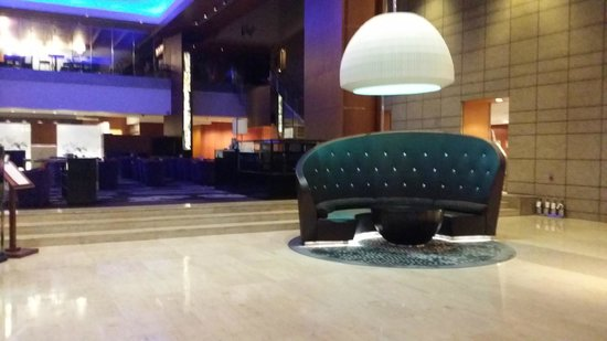 InterContinental Seoul COEX: spacious lobby area with live band performing