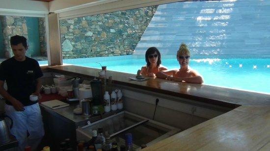 Mirabello Beach & Village Hotel : бар бассейн, очень честные коктейли))