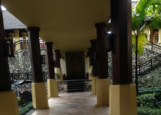 Hotel Novotel Bogor Golf Resort and Convention Center : Alley to the lobby from UG