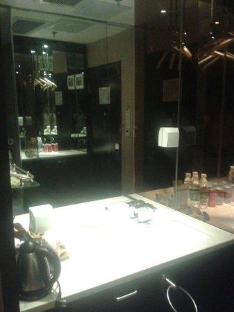 East Asia Hotel: Раковина и мини-бар в прихожей