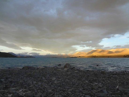 Lake Tekapo Village Motel: What a wonderful scene, at sunset, the mountains afar turned into golden color
