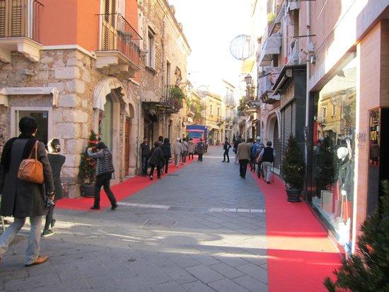 ウンベルト1世通り・・・左右に敷かれた紅い絨毯