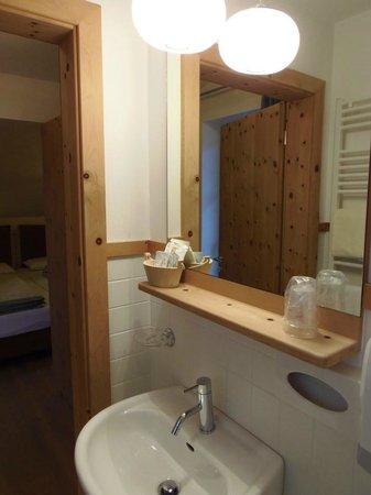 Mountain Hotel Zaluna: Bagno con doccia