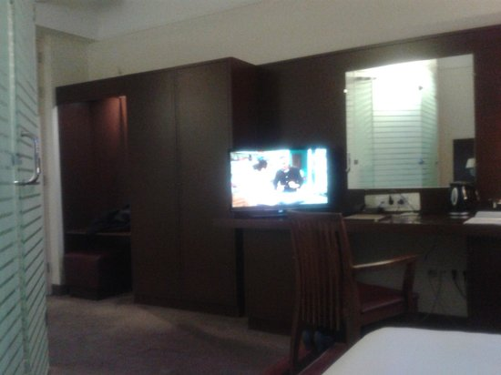 BEST WESTERN PLUS Grand Winston Hotel: kastruimte, bureau en badkamer stuk nog