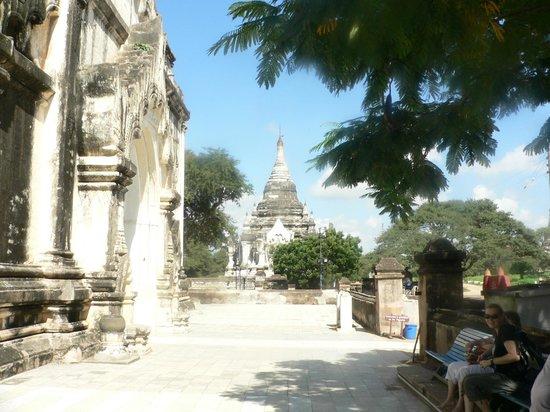 Thatbyinnyu Temple: Main entrance