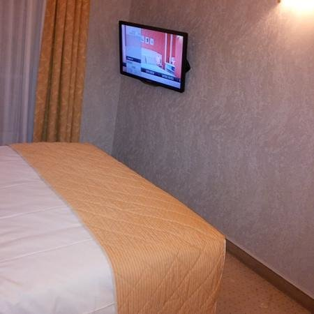 Hôtel Elysées Opéra : Look at that tv. You can get english version of movies too!