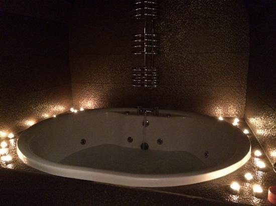 Hotel Una: Jacuzzi all lit up in Aragon