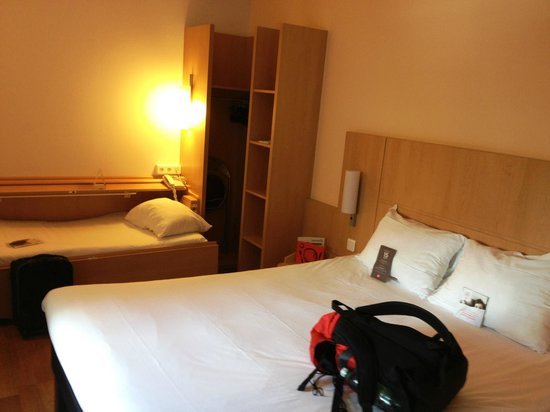 Ibis Barcelona Pza Glories 22: Second room floor. The single bed was of the stow-away variety