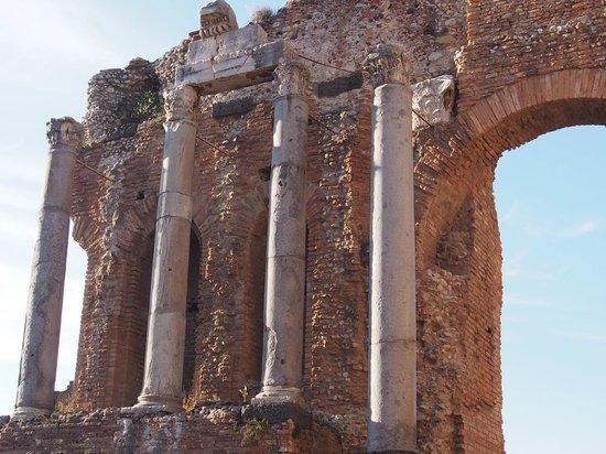 ギリシア劇場 (テアトロ グレコ) ・・・時代を語る柱の彫刻