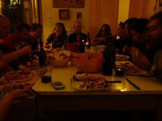 6 Small Rooms B & B: Hostel family dinner