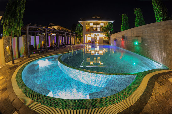 Atithi Resort & Spa: Pool in the evening